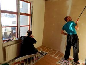 Remontti alkoi tapettien poistolla ja sitten oli vuorossa katon maalaus.